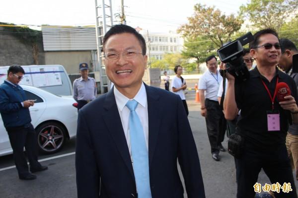 彰化縣長候選人魏明谷笑容滿面參加電視公辦政見會。(記者張聰秋攝)