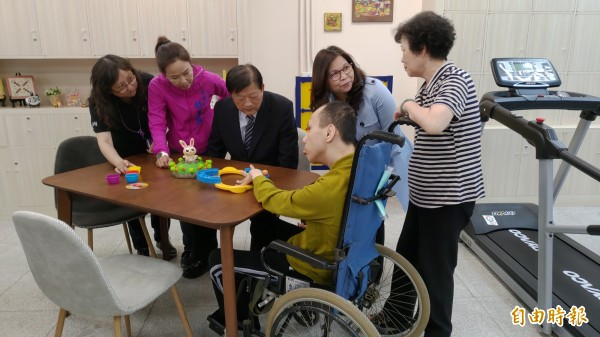 南市首家身障日照中心可服務24名身心障礙且身體失能者,讓照顧者獲得喘息機會。(記者蔡文居攝)