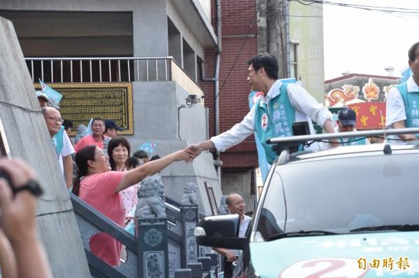 陳其邁(右)與第二選區議員候選人陳明澤、黃明太車隊掃街拜票,出發前陳其邁與支持者握手致謝。(記者蘇福男攝)