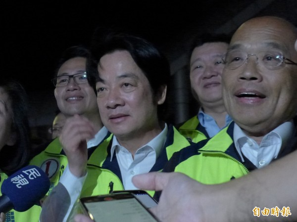 行政院長賴清德(左)、民進黨新北市長候選人蘇貞昌(右)今天合體車隊掃街。(記者李雅雯攝)