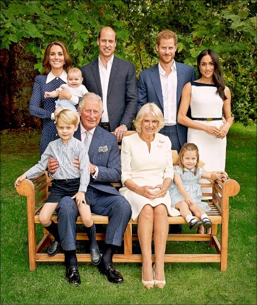英國王儲查爾斯14日滿70歲,王儲官邸克拉倫斯宮官方「推特」發布他與妻子卡蜜拉及兩個兒子威廉、哈利一家人的三代同堂照片。(美聯社)