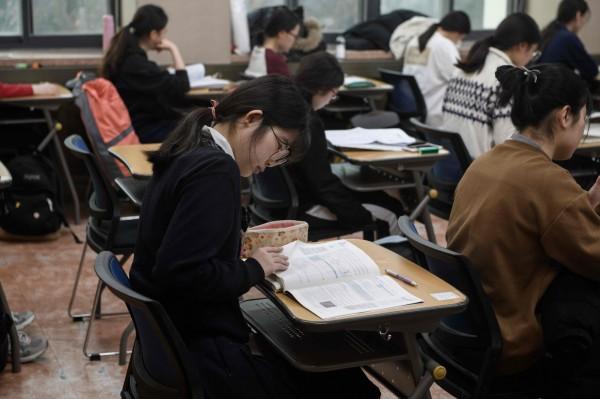南韓大學入學考試今(15)日登場,當局採取非常措施,以消除任何可能擾亂考生的事情。(法新社)