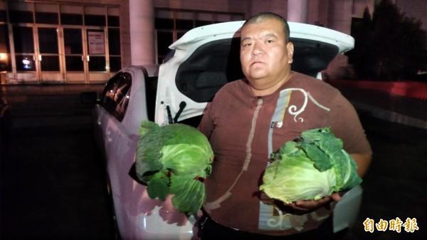 自稱是「高麗菜農」,又說自己是「老車自救會會員」的網紅「髮蠟哥」何將財,身分多變、說詞反覆,日前向韓國瑜下跪陳情的行為遭雲林二崙的菜農痛批害菜價瞬間崩盤。(資料照)