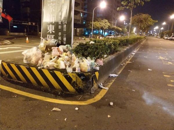 韓國瑜造勢晚會現場遺留大量垃圾,畫面曝光讓鄉民好生氣。(圖擷取自ptt)