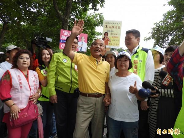 民進黨新北市長候選人蘇貞昌今天上午至板橋區公園拜票,向市民問好。(記者賴筱桐攝)