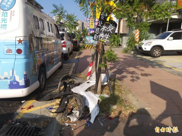 女子遭撞斃事故現場,仍可見車輛殘骸,地方齊聲呼籲避免悲劇再次發生!(記者廖雪茹攝)
