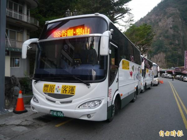台中市公車865路,每趟有3輛中巴同時發車。(記者張軒哲攝)