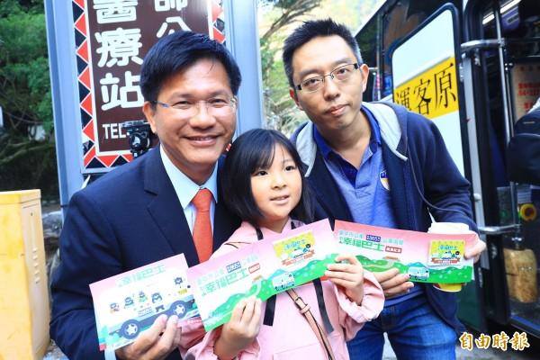 台中市長林佳龍(左)贈送紀念悠遊卡給搭乘865路首發遊客。(記者張軒哲攝)