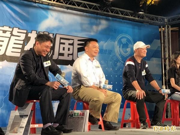 高思博(中)在東區關帝廳參加電視台政論節目,呼籲鄉親一起來改變台南。(記者蔡文居攝)