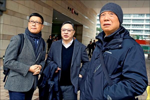「佔中三子」陳健民(左)、戴耀廷(中)、朱耀明(右)十九日將為四年前發動爭取香港特首真普選「佔領中環」運動受審,圖為三人今年一月九日預審出庭。(路透檔案照)