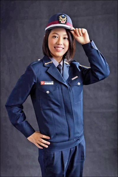 林佳勳長相甜美,就讀警專時,擔任攝影師的父親幫她拍照留念。 (記者吳昇儒翻攝)