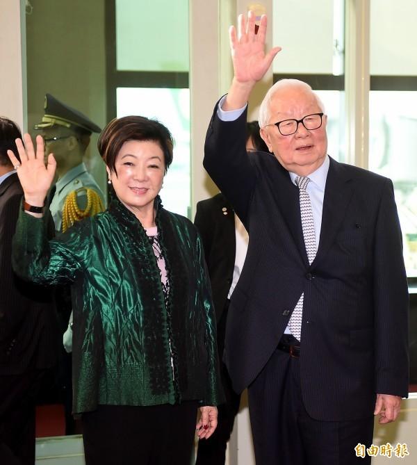 台灣領袖代表張忠謀(右)與夫人張淑芬,今啟程赴巴布亞紐幾內亞出席APEC領袖峰會。張忠謀將與美國副總統彭斯舉行雙邊會,將是台美APEC領袖會談的最高層級。(記者朱沛雄攝)