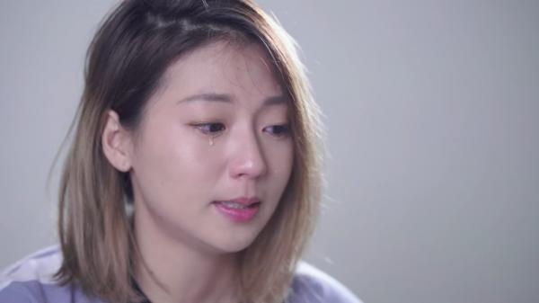26歲的吳尚樺說爺爺奶奶過世,自己都待在台北,無法陪親人最後一段時間,對此感傷落淚。(圖擷取自YouTube)