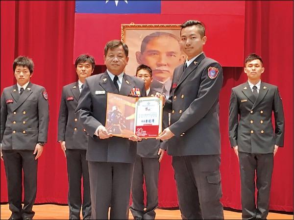 陳允文因影片推廣行銷得力 ,接獲新北市消防局表揚。(記者曾健銘翻攝)