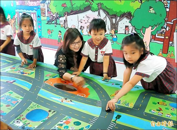 交通安全主題區,可讓親子學習交通安全的知識。(記者蔡文居攝)