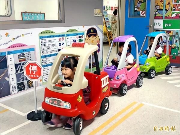 小朋友參加「ㄅㄨㄅㄨ樂園體驗區」啟用,駕駛玩具車,玩得超開心。 (記者蔡文居攝)