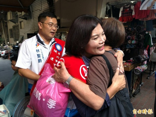 張麗善(左)到斗六掃街拜票,與支持者熱情擁抱。(記者林國賢攝)
