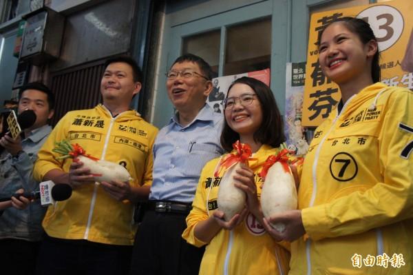 台北市長柯文哲下午陪時代力量議員候選人掃街。(記者黃建豪攝)