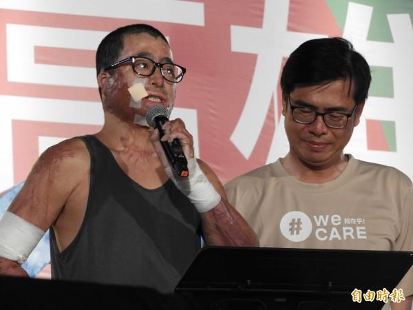 81氣爆毀容的徐晏祥(左),感謝陳其邁在氣爆後,盡力幫助大家。(記者葛祐豪攝)