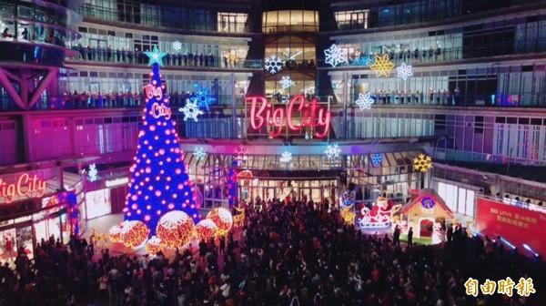 Big City遠東巨城購物中心迎接2018週年慶,今天於1樓噴水池廣場舉行耶誕樹點燈儀式。(記者王駿杰攝)