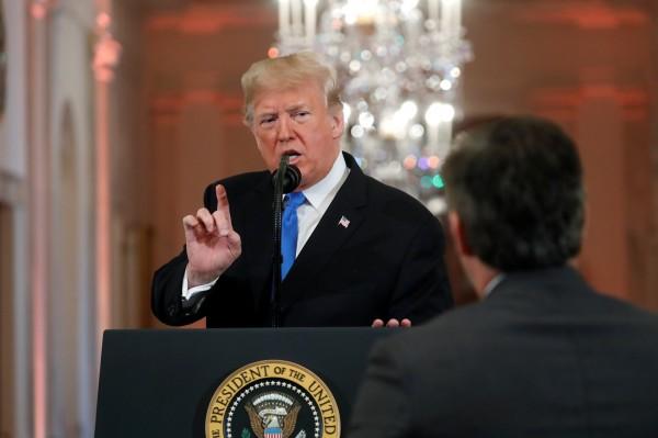 美國總統川普7日在白宮召開期中選舉記者會時,與《有線電視新聞網》(CNN)記者阿科斯達(Jim Acosta)發生激烈口角衝突。(路透資料照)