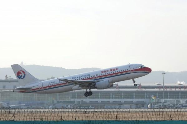 中國東方航空售票系統出包價格跳水,公司決定認賠殺出。(路透)