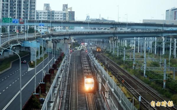 高雄鐵路地下化興建時的臨時軌廊道,交通部將評估拿來做為高鐵南延屏東的可行性。(資料照,記者張忠義攝)