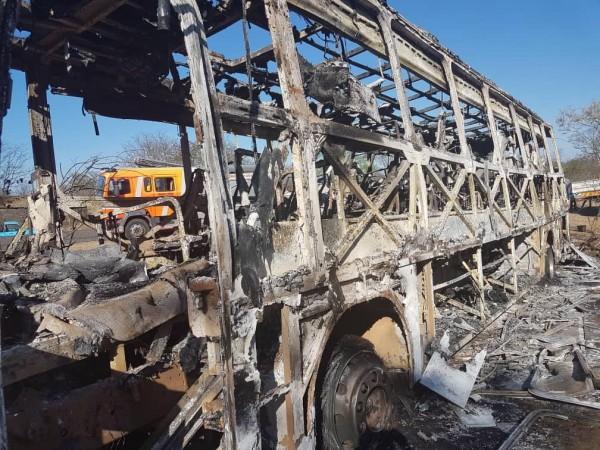 辛巴威一輛公車意外爆炸,公車被燒到僅剩支架。(歐新社)