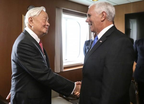 張忠謀與美國副總統彭斯會面。(美聯社)