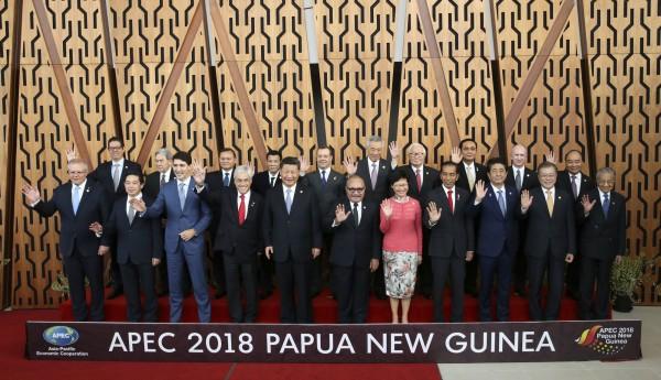 台灣領袖代表張忠謀與各國領袖大合影。(美聯社)
