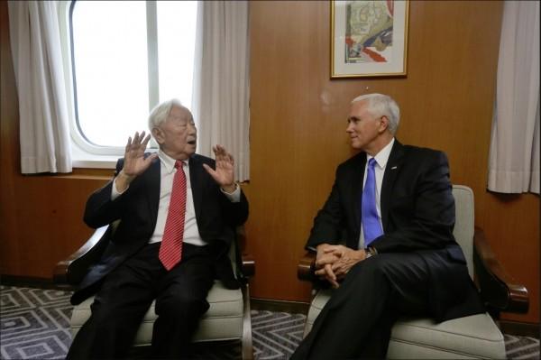 美國副總統彭斯上午在結束大會發言後,下午與張忠謀進行雙邊對話,並讓國際媒體捕捉畫面,成為史上台美公開層級最高的會面。(擷自外交部推特)