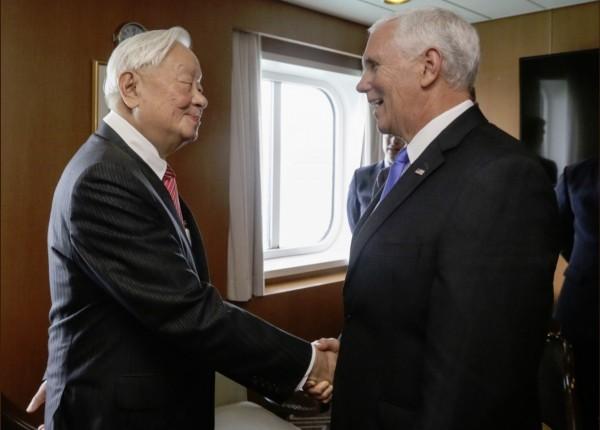 美國副總統彭斯(右)上午在結束大會發言後,下午與張忠謀進行雙邊對話,外交部也在推特上公布2人會面照片。(擷自外交部推特)