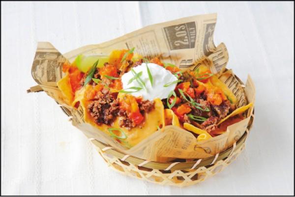 STACK NACHOS/200元,墨西哥玉米片搭配莎莎醬,撒上剁碎的漢堡排肉,再放上一球酸奶,酸奶與莎莎醬的滋味令人難忘。(記者李惠洲/攝影)