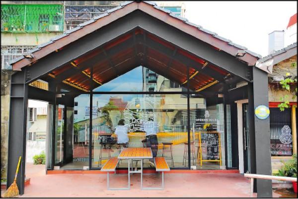 臺虎STACKS的店址位於2樓,簡易的風格猶如美式漢堡的味道單純直接。(記者李惠洲/攝影)