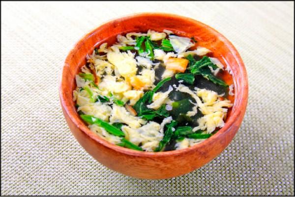 鮮蔬芙蓉湯/20元, 鮮蔬芙蓉湯以簡單的鮮蔬和調味,讓人吃完波奇後喝湯有飽足感。(記者李惠洲/攝影)