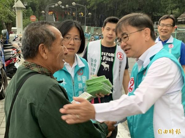 劉櫂豪(右)持續拜票爭取支持。(記者張存薇攝)