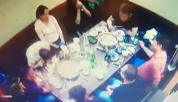 中客在包廂內吃火鍋。(記者王冠仁翻攝)