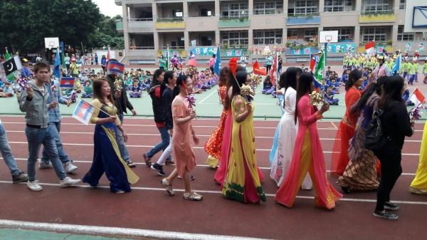 圳堵國小校慶,成教班學生穿著各國傳統服飾繞場。(圳堵國小提供)