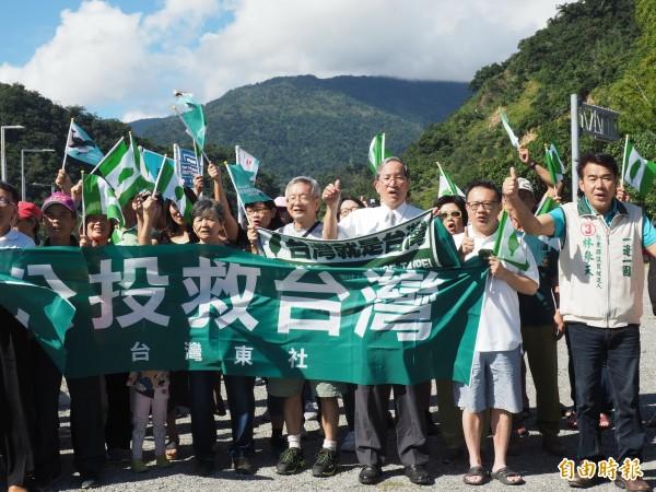 台灣東社及支持東奧正名公投民眾站出來,呼籲民眾要投下一票,展現台灣的心聲。(記者王秀亭攝)