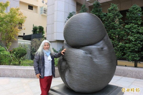 知名藝術家康木祥以台北101退役的電梯鋼索打造成具生命力的獨特藝術品。(記者鄭名翔攝)
