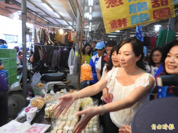 韓國瑜太太李佳芬今下午在前往苓雅區英明黃昏市場拜票,受到攤商及民眾熱情歡迎。(記者方志賢攝)
