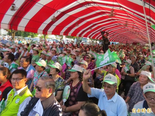 黃偉哲南區綠營大本營的造勢大會,吸引大批人潮,高呼「凍蒜!」。(記者蔡文居攝)