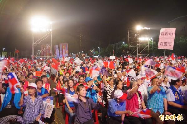 國民黨今晚在嘉義市棒球場停車場舉辦「翻轉雲嘉嘉南—堅定向前,團結勝選晚會」。(記者曾迺強攝)