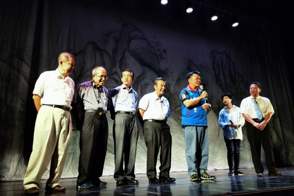 謝鎮龍(右一) 、陳松輝、溫彩棠、葉茂榮、陳榮五(由左四至左一)聯合推薦高思博(藍色背心者)。(高思博總部提供)