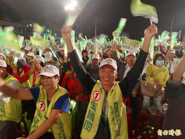 民進黨彰化縣長候選人魏明谷今晚造勢晚會,會場4000多張椅子全被坐滿,旗海飄揚。(記者陳冠備攝)