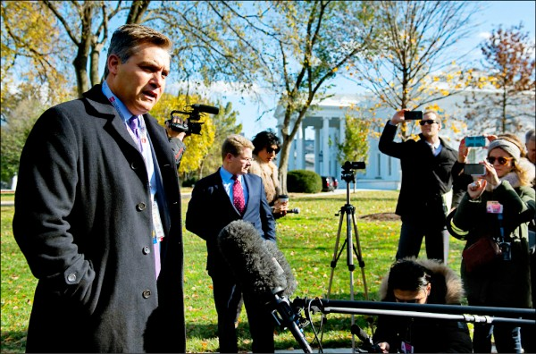 CNN記者阿科斯達(左)。(法新社)
