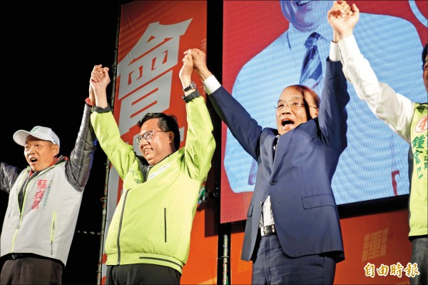 民進黨新北市長候選人蘇貞昌昨晚在林口運動公園舉辦造勢晚會,桃園市長鄭文燦現身力挺。(記者葉冠妤攝)