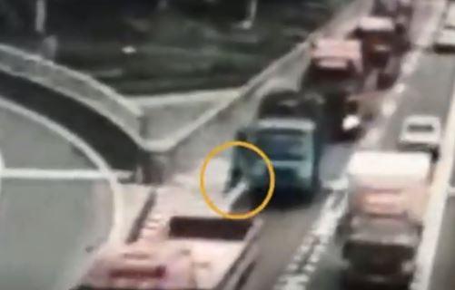 中國一名女子在車上看到男友和其他女性友人訊息曖昧,不顧當時在高速公路上,竟氣得當場跳車。(圖擷取自騰訊視頻)