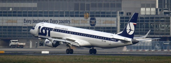 LOT波蘭航空公司一班飛機發生故障,維修費用竟是向乘客索取,飛機抵達目的地後隨即將維修費還給乘客,並送出機票做為謝禮,但募集維修費此法仍惹議;示意圖。(路透)