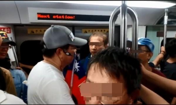 有韓國瑜粉絲在高捷車廂內,帶起掛耳式小蜜蜂麥克風,對剛結束衛武營運動音樂會上車的乘客,宣導理念。(圖擷取自臉書粉專「只是賭藍」)